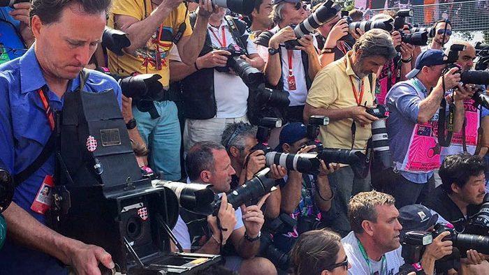 Фотограф снял Формулу 1 на 104-летнюю камеру: смотрите, что у него получилось