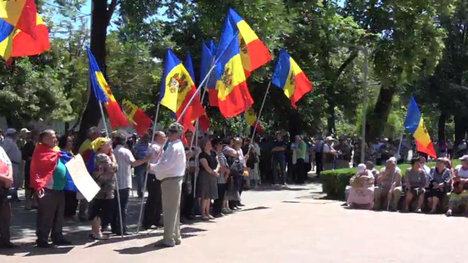 (live) «Мы не сдадимся»: В центре столицы идет протест против изменения электоральной системы