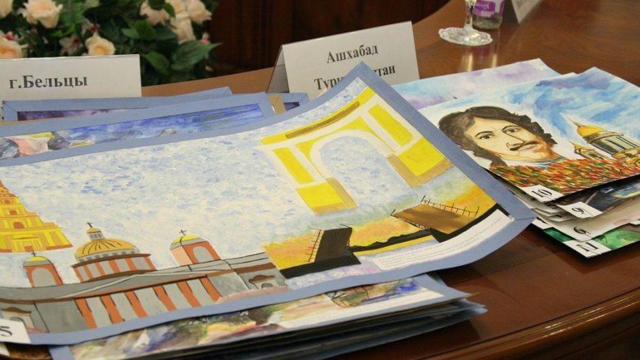 Губернатор Санкт-Петербурга Георгий Полтавченко поздравил победителей международного художественного конкурса «Я рисую Петербург», среди которых есть и молдавские школьники