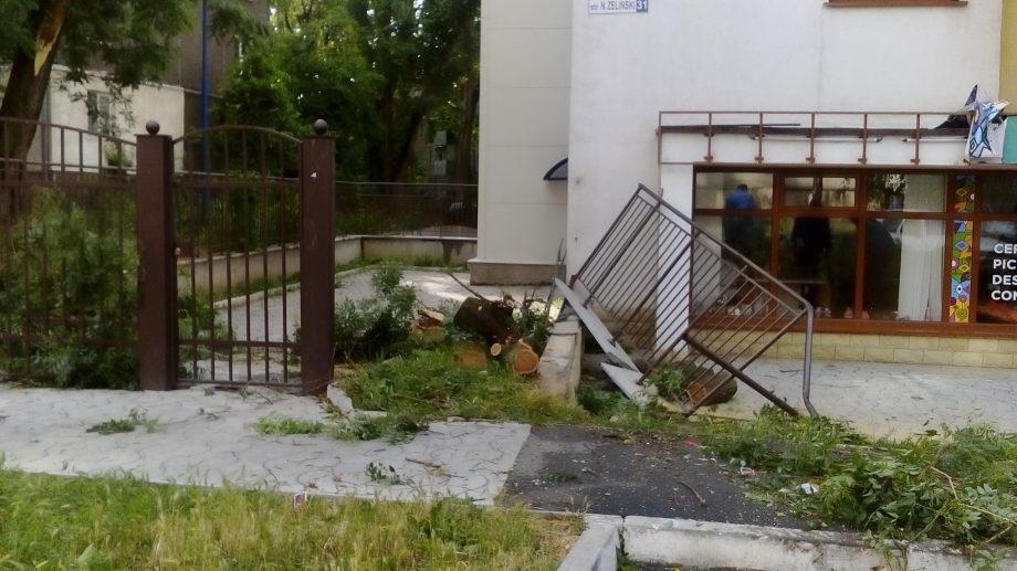(фото, видео) Последствия «кочующего урагана»: Поломанные деревья и ветки на дорогах