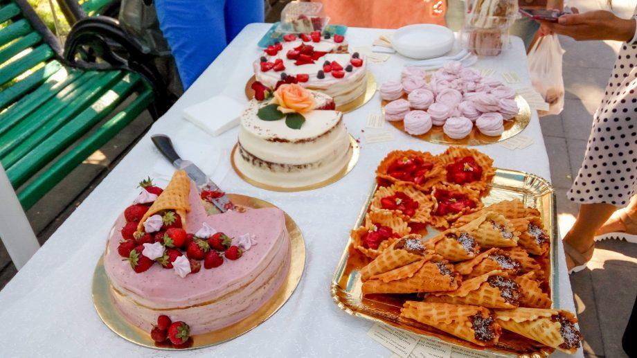 (фото) Сегодня центральный парк был наполнен клубникой и сладостями. Как прошла первая ярмарка, посвященная ягодам