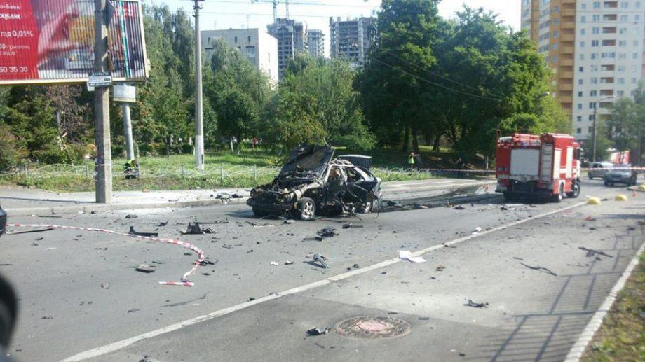 (видео) В Киеве взорвался легковой автомобиль. Момент взрыва попал на камеру видеонаблюдения