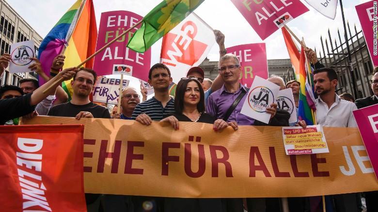 В немецком Бундестаге проголосовали за разрешение вступать в однополые браки