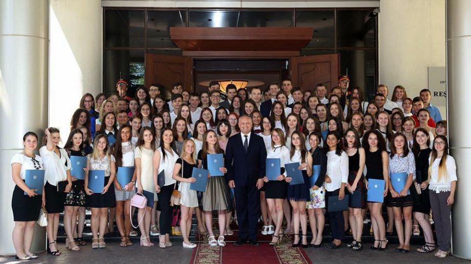 Несколько выпускников отказались от почетных грамот президента Игоря Додона