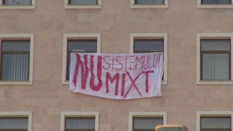 """На здании парламента появился плакат """"Нет смешанной системе"""". Узнайте, кто это сделал"""