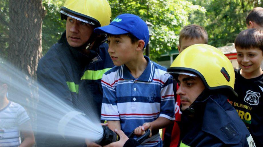 (фото, видео) Как проходят внеклассные уроки пожарной безопасности в детских лагерях