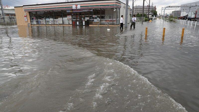 (видео) Из-за ливней в Японии эвакуируют жителей целого города