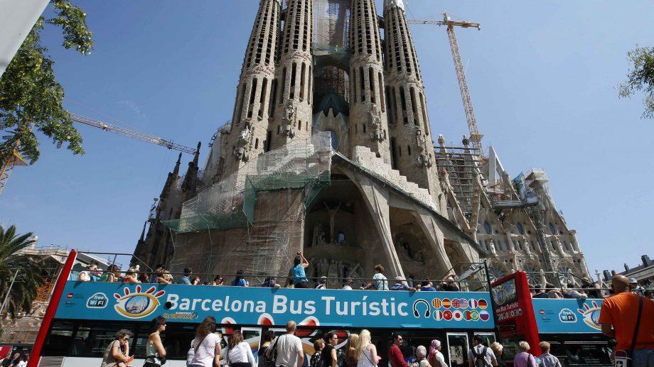 (видео) В Барселоне на автобус с туристами напали люди в масках
