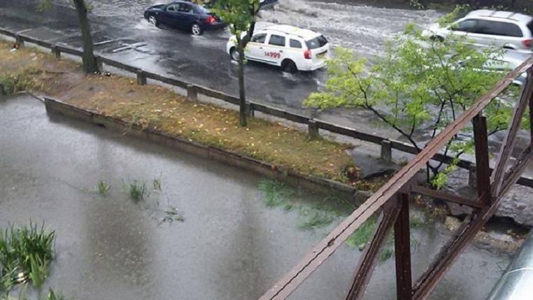 (фото) Река Бык вышла из берегов. На Албишоаре образовались пробки