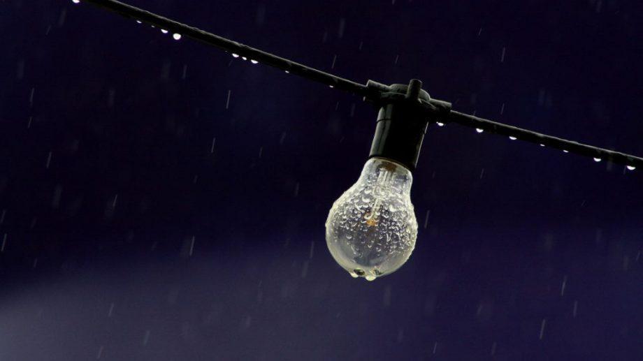 Свыше 25 населенных пунктов страны остались без света из-за непогоды. В стране объявлен желтый код