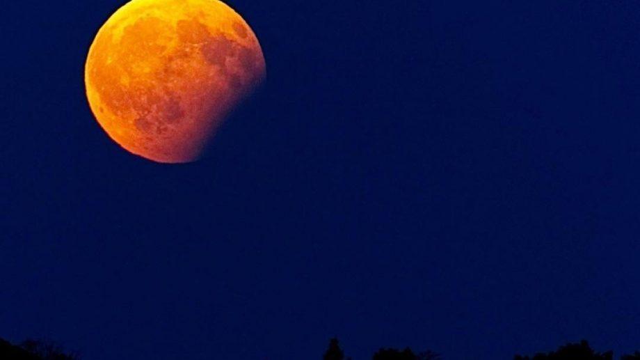 (фото) Как было видно частичное лунное затмение в Кишиневе и за его пределами