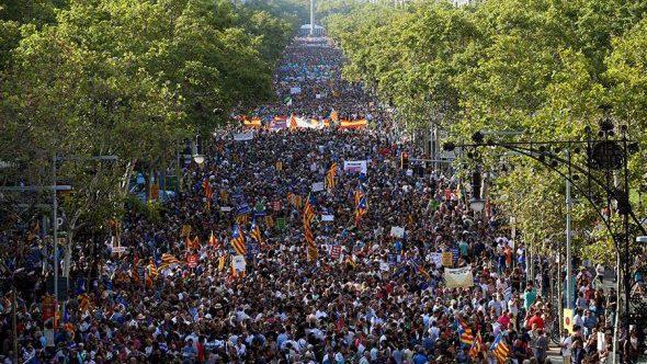 В Барселоне прошел многотысячный марш против террора. В нем принял участие король Испании