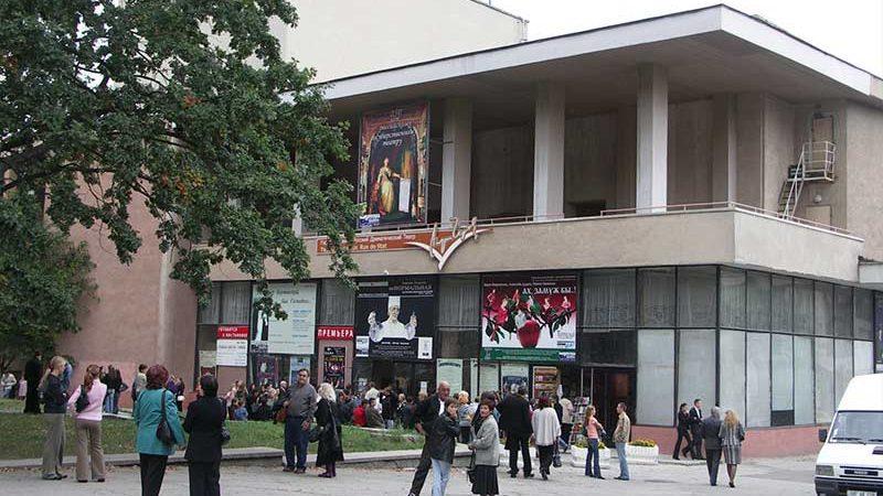 Русский театр им. Чехова готовит для зрителей пять премьер в новом сезоне