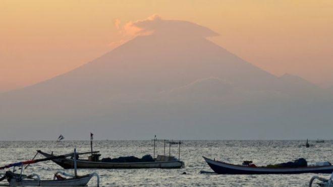Вниманию туристов: На Бали объявлен высший уровень опасности из-за пробуждения вулкана