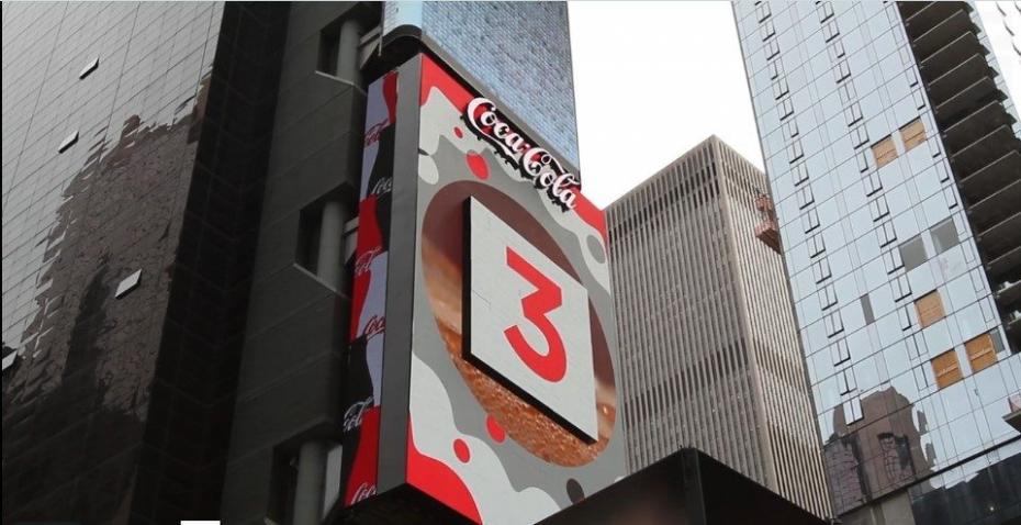 (видео) Coca-Cola установила на Таймс-сквер первый в мире «живой» рекламный баннер