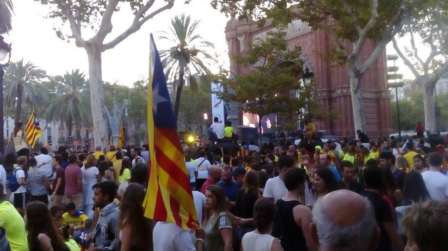 (фото, видео, комментарий) За независимость Каталонии проголосовали 90% участников референдума
