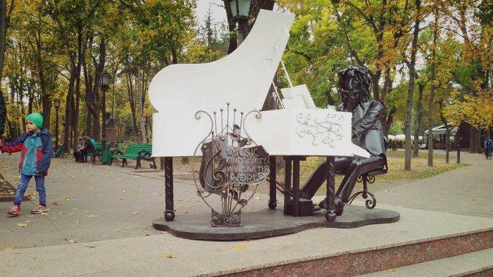 (фото) В центральном паркебыла установлена новая железная скульптура в виде пианино и сидящего за ним музыканта