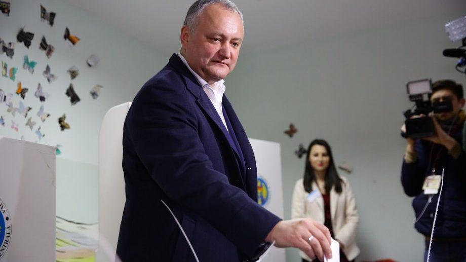 """(видео) Додон попросил бюллетень на молдавском языке, а получил ответ: """"У нас есть только на румынском языке"""""""