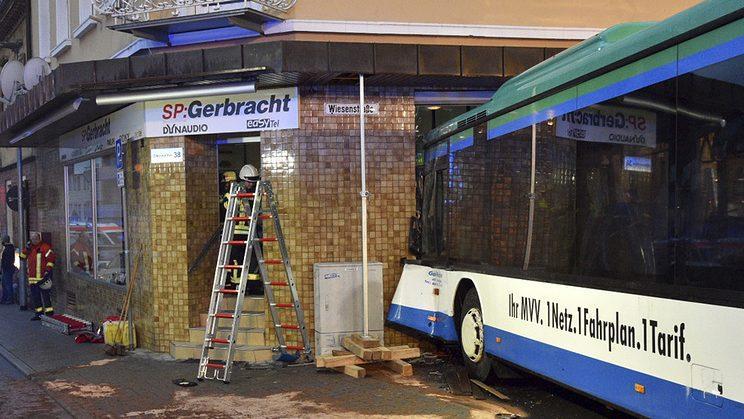 В Германии школьный автобус врезался в здание, пострадали 47 человек. Почти половина из них дети