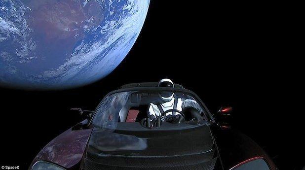 (видео) Автомобиль Tesla Roadster был заснят в космосе
