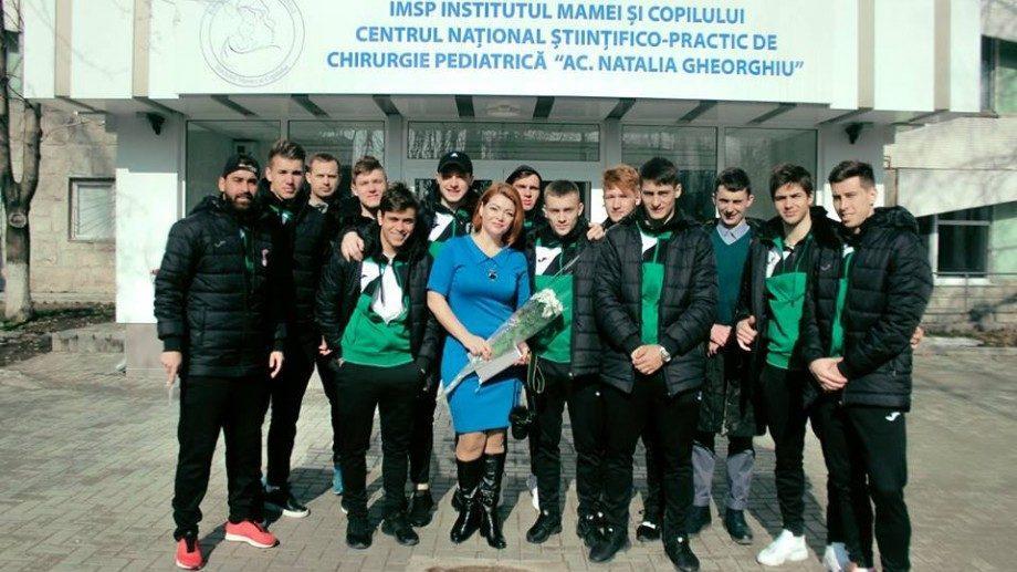 (фото) Футболисты ФК Зимбру поздравили всех женщин в Центре Матери и Ребенка