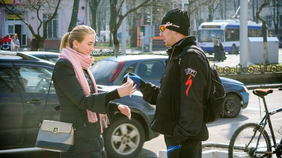 (фото) Велосипедный клуб Clubul Cicliștilor Amatori поздравил женщин Кишинева с 8 Марта и подарил по мэрцишору