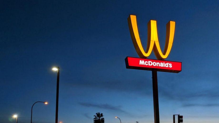 """(фото) McDonald's перевернул букву """"M"""" вниз головой в честь 8 Марта"""