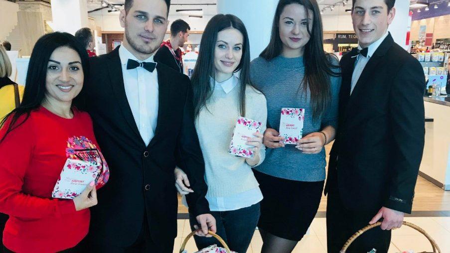 (фото) Как в Кишиневском Аэропорту 8 Марта поздравляли всех женщин