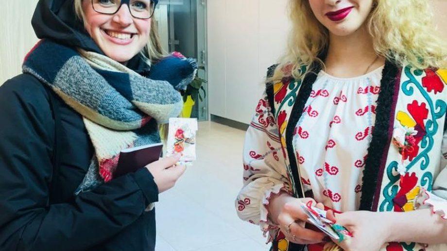 (фото) В Кишиневском Аэропорту пассажиров встречали поздравлениями с приходом весны и дарили мэрцишоры