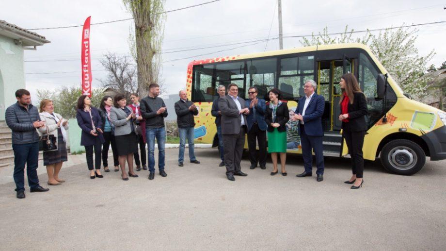 Право на заботу и образование. Kaufland пожертвовал фонду Angelus Moldova микроавтобус для перевозки детей