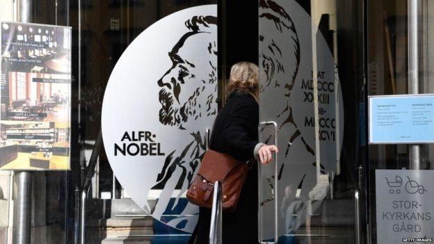Почему Нобелевскую премию по литературе в этом году могут не вручить