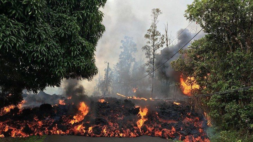 (видео) На Гавайах земля начала гореть синим пламенем