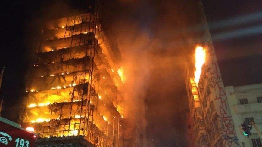 (фото, видео) В Сан-Паулу загорелся и обрушился небоскреб