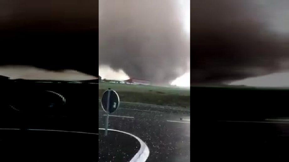 (видео) Мощный торнадо в Германии разрушил 50 домов