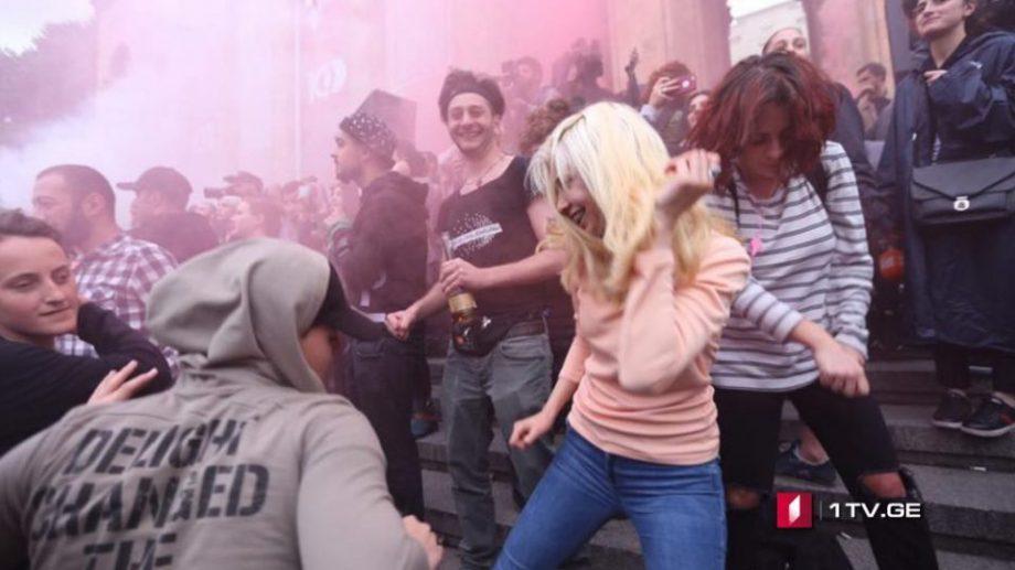 (фото, видео)В Тбилиси прошли рейды в клубах. В ответ горожане устроили многотысячный рейв у парламента Грузии
