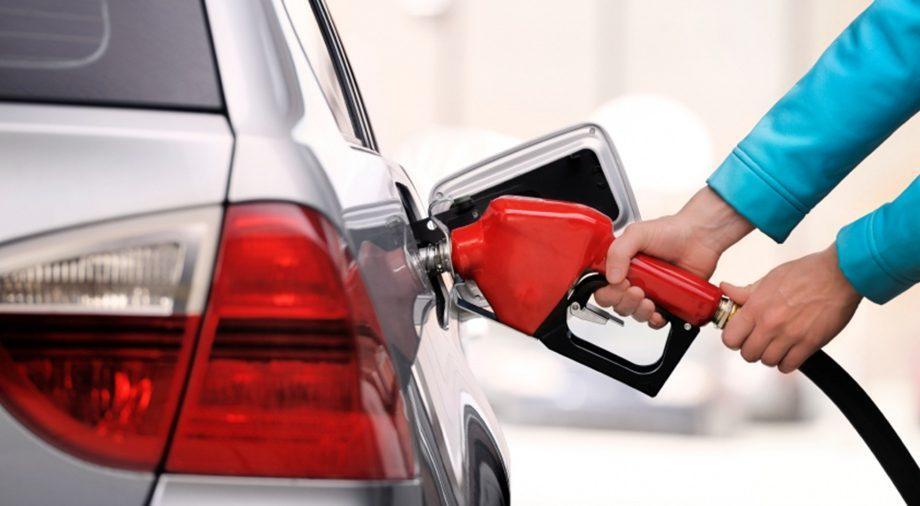 Бензин и дизельное топливо подорожают на 64 и 66 бань