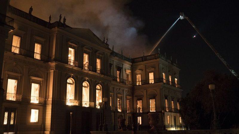 (фото, видео) В Рио-де-Жанейро сгорел старейший музей Бразилии. Огонь уничтожил двух вековую историю страны