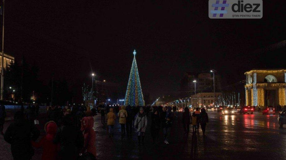 (фото) Кто подарил городу Кишинэу главную ёлку на центральной площади столицы