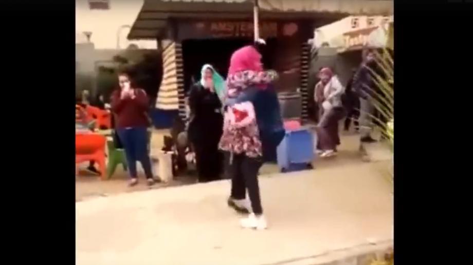 (видео) В Египте, студентку отчислили из университета за объятия с женихом который сделал ей предложение