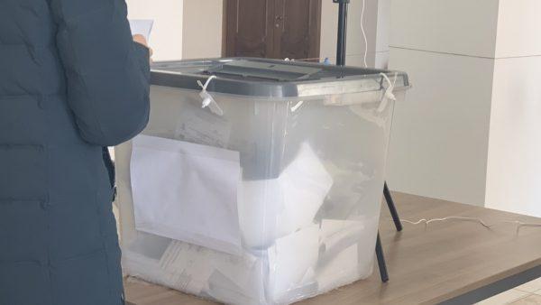 (фото) В Комрате, избиратели кидают бюллетени в урну с гербом Российской Федерации