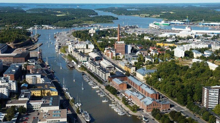 Финские власти поставили эксперимент: два года выплачивали группе людей по 560 евро в месяц — просто так. Чем это закончилось?