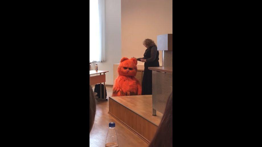 (видео) Студент пришёл на пару в костюме кота Гарфилда и ему обещали поставить пожизненную сдачу зачетов
