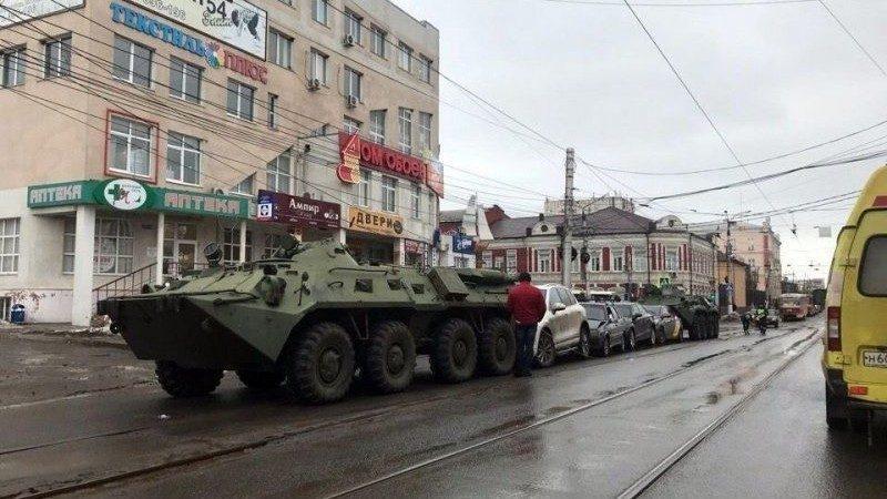 """(фото, видео) """"Только не драться, они военные"""". В России, БТР протаранил сразу 4 машины из-за технической поломки"""