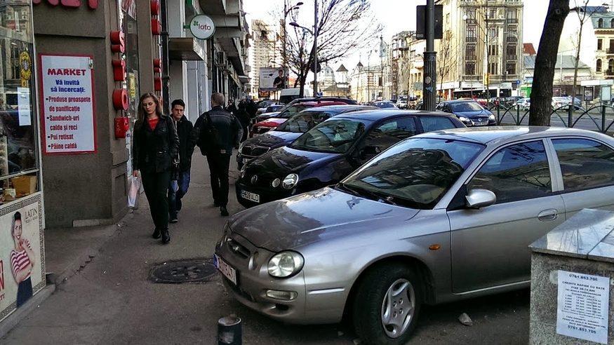 Вступают в силу новые правила о стоянке на тротуарах. Водители обязаны оставить проход для пешеходов на расстоянии 1.5 метров