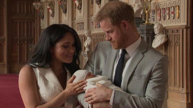 (видео) «Милейший характер, он очень спокойный. Он просто мечта». Принц Гарри и Меган показали своего новорожденного сына