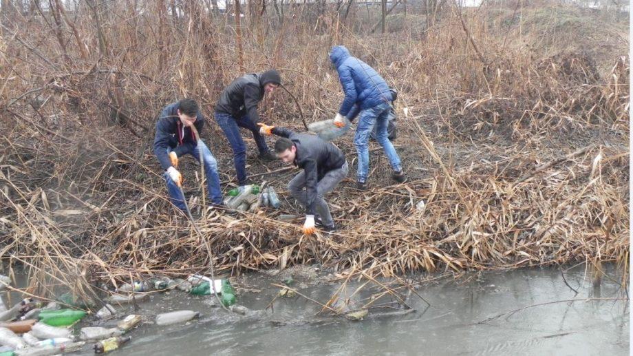 Группа молодых людей приглашает вас принять участие в экологической акции на реке Бык
