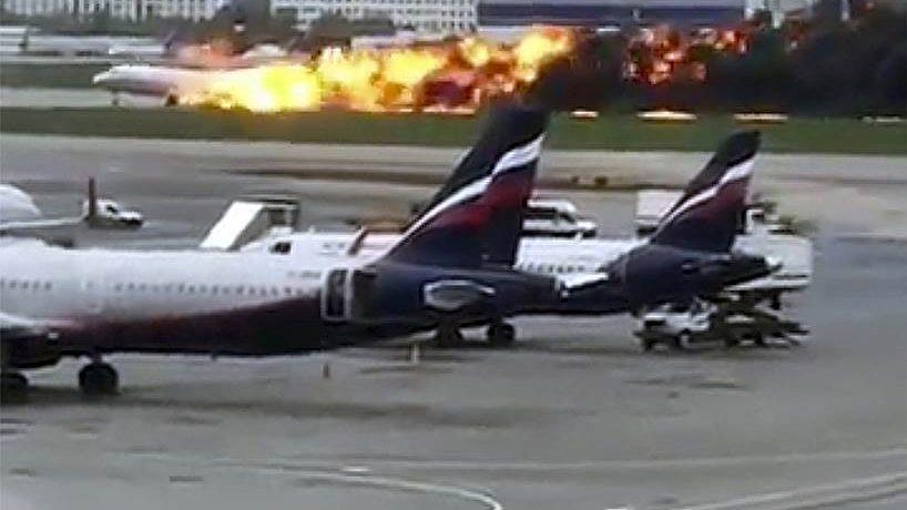 «Cамолёт горит в молнии». Российские СМИ опубликовали расшифровку переговоров экипажа SSJ 100 с диспетчером