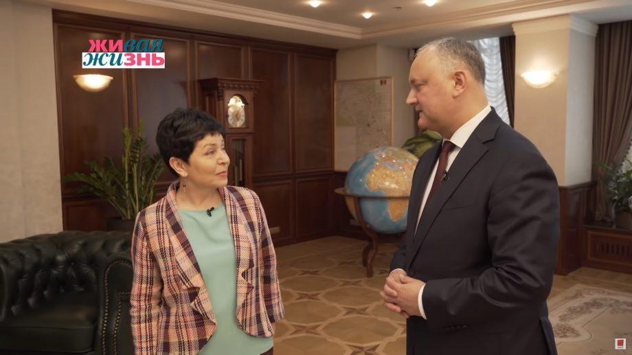 """(видео) Игорю Додону нечем заняться, поэтому приглашает туристов в свою резиденцию. """"Это вам Игорь помог!"""""""