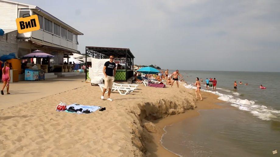(фото, видео) В Затоке смыло пляж. Вода подбирается к террасам и к магазинам