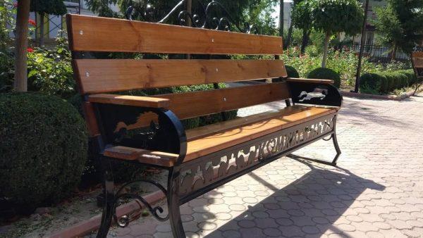На улицах Комрата устанавливают скамейки с символом города